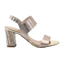 Sandaler på en Gamis 3390 guldstolpe
