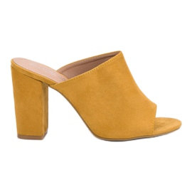 Laura Mode gul Suede Tøfler På En Bar