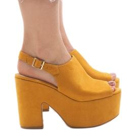 Gule sandaler på en massiv 8263CA mursten