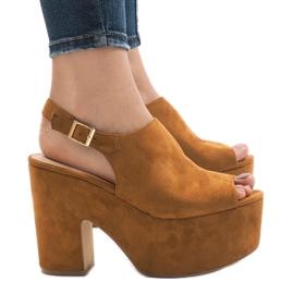 Kamel sandaler på en massiv 8263CA mursten