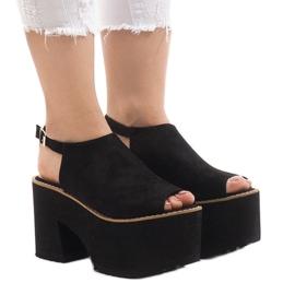 Sort sandaler på den massive B8290 mursten