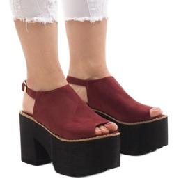 Burgundy sandaler på en massiv B8290 mursten