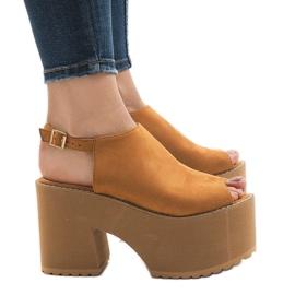 Brun Kamel sandaler på en massiv B8290 mursten
