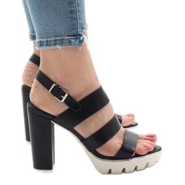 Sorte sandaler på HP-27 posten