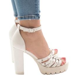 Hvide sandaler på HQ8682 posten