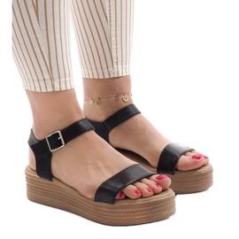Sorte sandaler på platformen 22-07