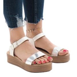Hvide sandaler på platformen 22-07
