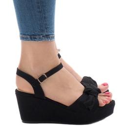 Sorte sandaler på kilehæl med bue F055