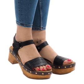 Sorte sandaler på FM4142 platformen
