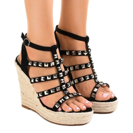 Sorte sandaler på halmkile 9529