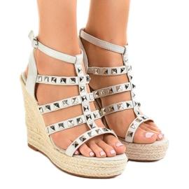 Grå sandaler på halmkile 9529