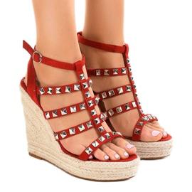 Røde sandaler på halmkile 9529