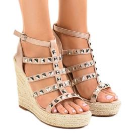 Beige sandaler på halmkile 9529 brun