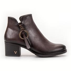 Vinceza Brune støvler på en stolpe