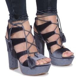 Grå sandaler på et indlæg lavet af One Love velour