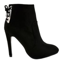 Sorte støvler på en LBS2551 ruskindshæl