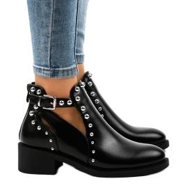 Sorte kvinders støvler på A-407 stolpen