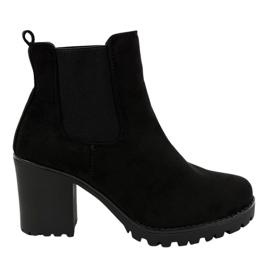 Sorte støvler på B3000-KB stolpen
