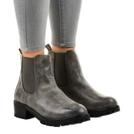 Grå støvler på stolpen med et Z105-elastisk bånd