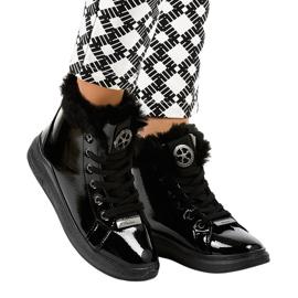 Isolerede sorte lakerede sneakers TL135-6