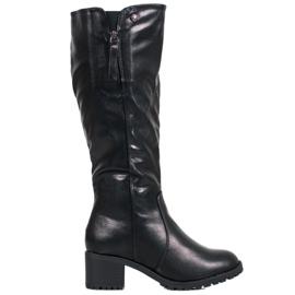 SHELOVET Sorte støvler på en stolpe
