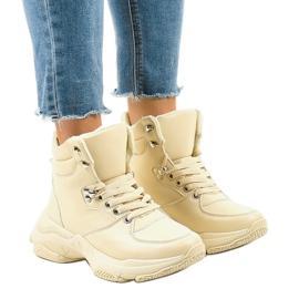 Beige isolerede kvinders sneakers C-3132 brun