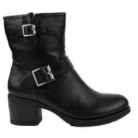 Sorte støvler på en stolpeisoleret C227-2